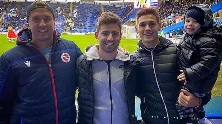 A la derecha, Lucas Martínez Quarta en el estadio del Reading.