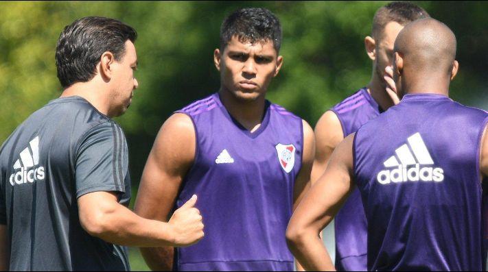 Robert Rojas escucha atentamente a Gallardo en un entrenamiento.