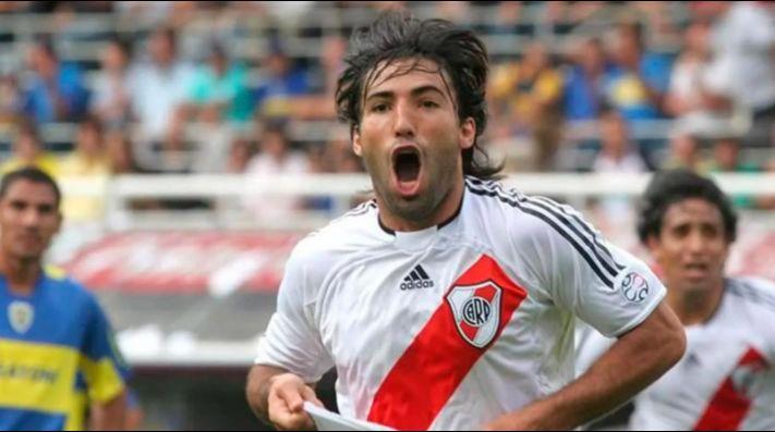 Farías gritando un gol frente a Boca, en la Bombonera.