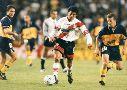 Monserrat jugando un superclásico en 1998, en la Bombonera