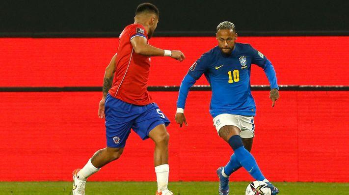 Paulo Díaz contra Neymar en el Chile-Brasil